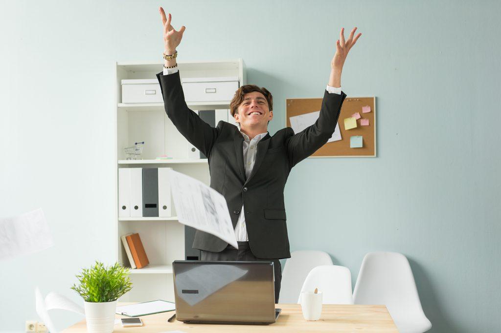 Collègue homme joyeux au bureau
