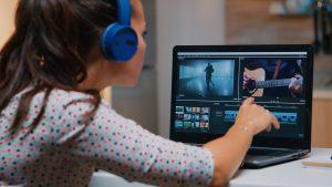 Femme qui faite le montage d'une vidéo sur un ordinateur