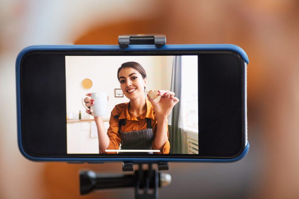Femme qui fait une vidéo avec un smartphone