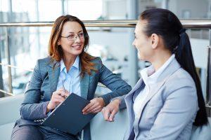 Femme qui interview une autre femme
