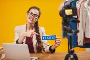 Femme qui se filme en vidéo et montre un pouce bleu