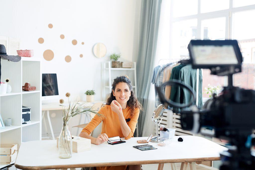 Femme qui se filme en vidéo