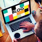 Ecran d'ordinateur sur une page de blog utile en communication digitale