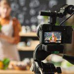 Femme qui enregistre une vidéo pour la chaine youtube de sa communication digitale